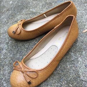 Women's Gold Toe Tan Textured Flats Shoes Size 8W